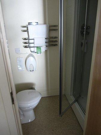 Premier Inn Belfast City Cathedral Quarter Hotel: little water closet
