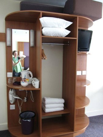 Premier Inn Belfast City Cathedral Quarter Hotel: shelving unit with tea/coffee and TV