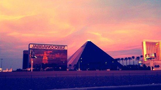 Staybridge Suites Las Vegas: View of Luxor and Jabbawockeez casinos near the Staybridge Suites