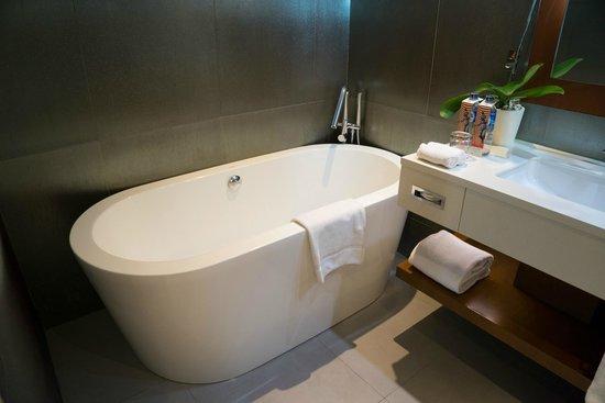 Pullman Jakarta Central Park: bathtub at the suite