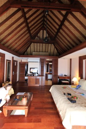 Manava Beach Resort & Spa - Moorea: inside with massive bed