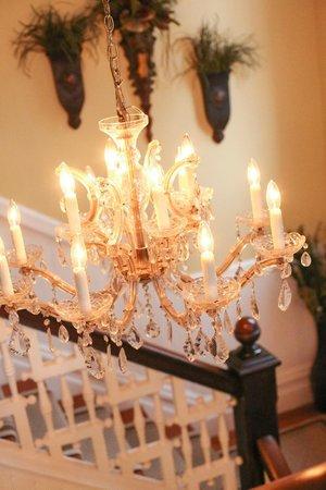 Biltmore Village Inn: Chandelier in foyer
