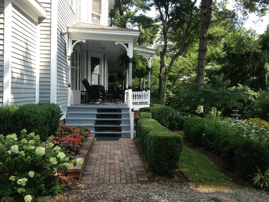Biltmore Village Inn: Southern-style porch with lounge chairs, rockers, room for breakfast