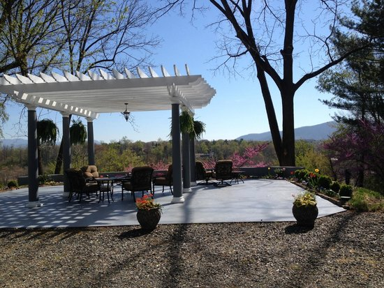 Biltmore Village Inn: Pergola and patio