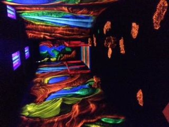 Ghostly Manor Thrill Center: 3D black light mini golf