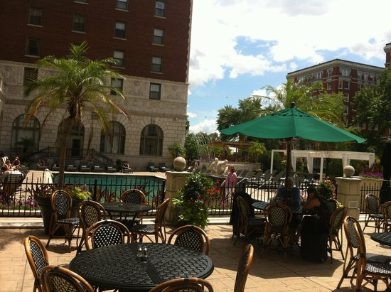 Chase Park Plaza: Poolside dining