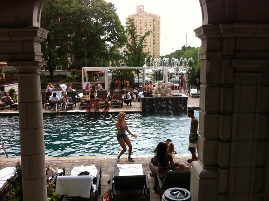 The Chase Park Plaza: Pool on weekend!