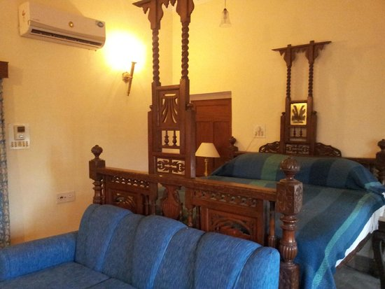 Castle Mandawa Hotel : Old High four poster bed