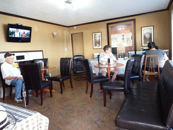 Lakeside Villa Inn & Suites: Breakfast room