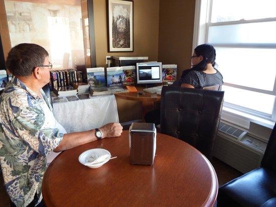 Lakeside Villa Inn & Suites: Computer in breakfast room