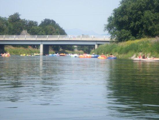 Lakeside Villa Inn & Suites: Tubing the channel