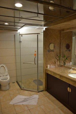 Yijing Huatian Hotel: Hübsches grosses Bad
