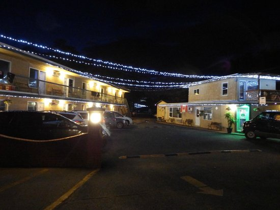 Lakeside Villa Inn & Suites: motel property at night