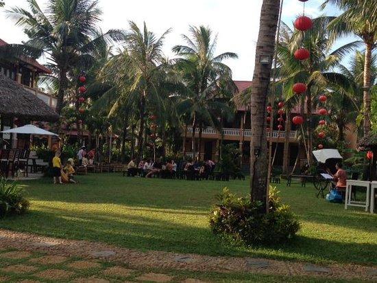 Vinh Hung Riverside Resort: Lawn area