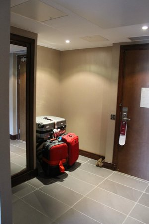 Crowne Plaza London Kensington: Entrance to the second room