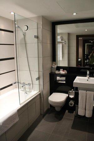 Crowne Plaza London Kensington: Second bathroom