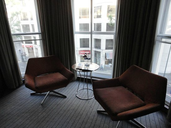 Crowne Plaza London Kensington: Sitting area for the first room