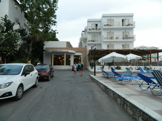 Marilena Hotel : вход на ресепшн