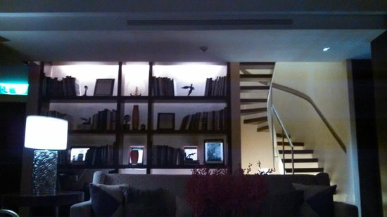 Les Suites Taipei Ching-cheng: library area, up the stairs is the small fitness center