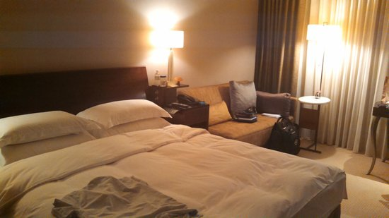 Les Suites Taipei Ching-cheng: large bed and couch