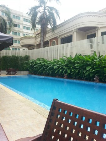 Hotel Mermaid Bangkok: lovely warm pool with a seperate toddler pool