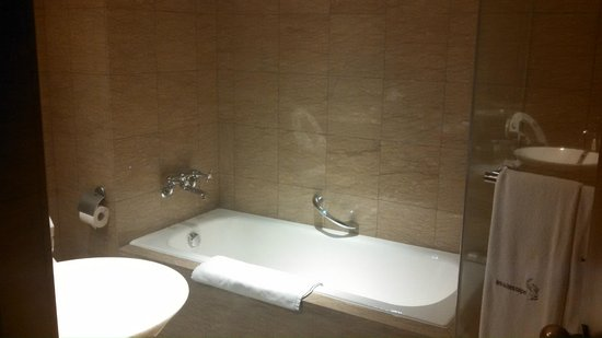 Les Suites Taipei Ching-cheng: tub and walk in shower