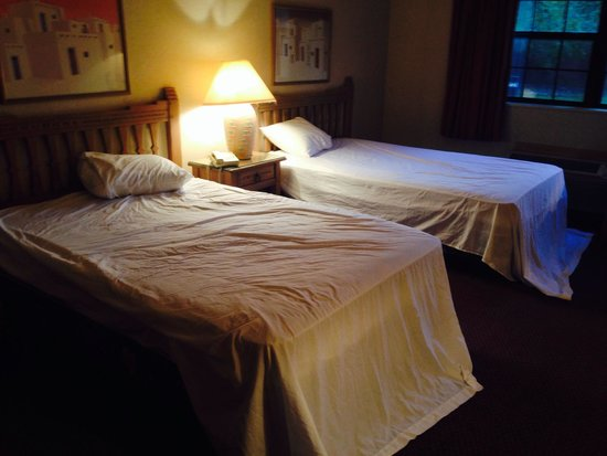 Hotel Don Fernando de Taos: Our beds when we walked in our room at 6 pm...