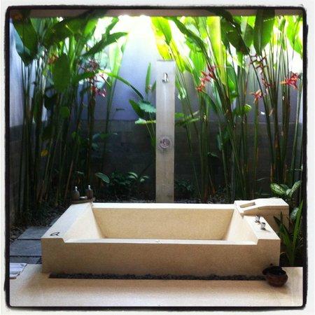 Aria Exclusive Villas and Spa : Semi exterior bathroom....