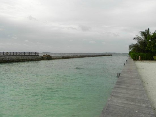 Hulhule Island Hotel: In front of the hotel