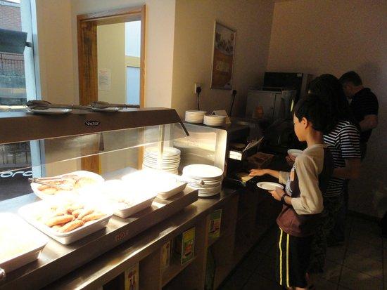 Travelodge Windsor Central Hotel: Buffet bar