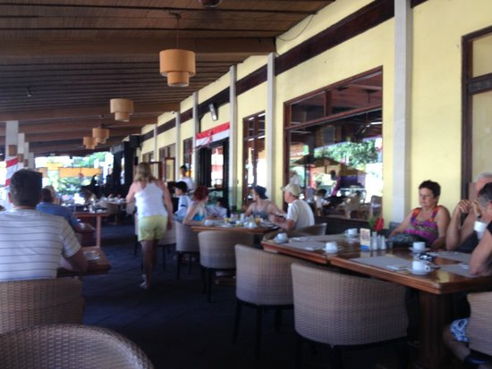 Grand Istana Rama Hotel Bali: the outdoor breakfast area across the road from the beach