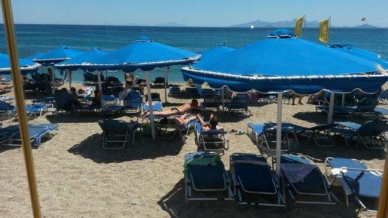 Mitsis Summer Palace Beach Hotel: Stranden om dagen.