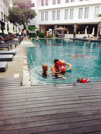 Sawaddi Patong Resort & Spa : At the lovely pool