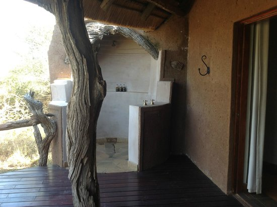 Madikwe Safari Lodge: Outdoor shower (there is an indoor shower and separate bath)
