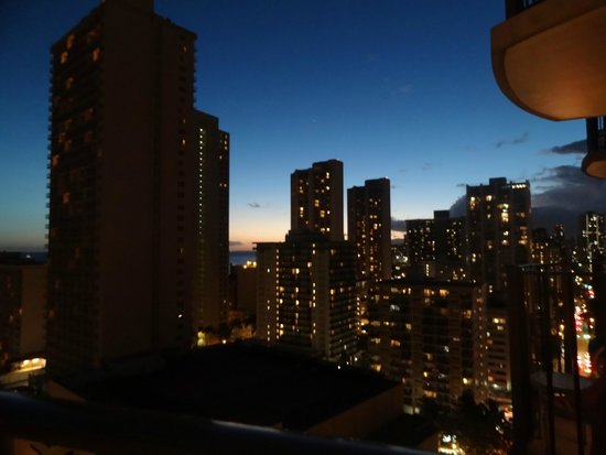 Hilton Waikiki Beach: View from deluxe ocean view room looking down Kuhio Ave