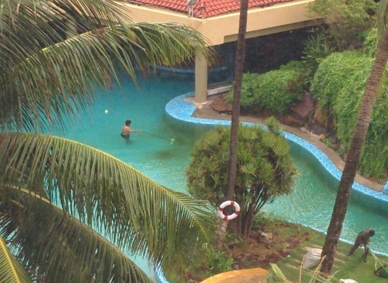 The Retreat Hotel & Convention Centre: Pool Cleaning
