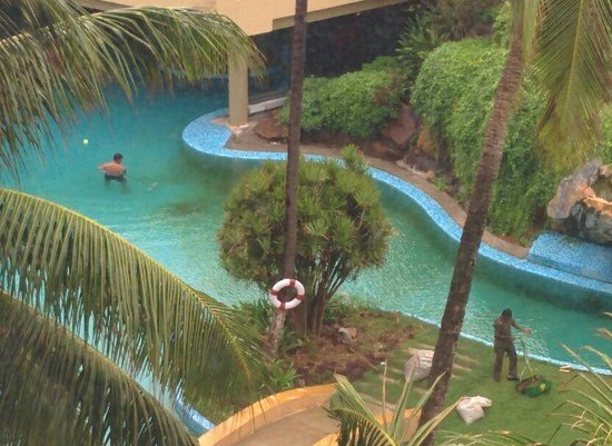 The Retreat Hotel & Convention Centre: Pool Cleaning 2