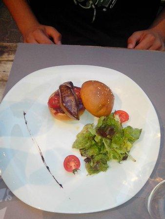 Le Vintage : Burger de foie gras sur son lit de confit d'oignon