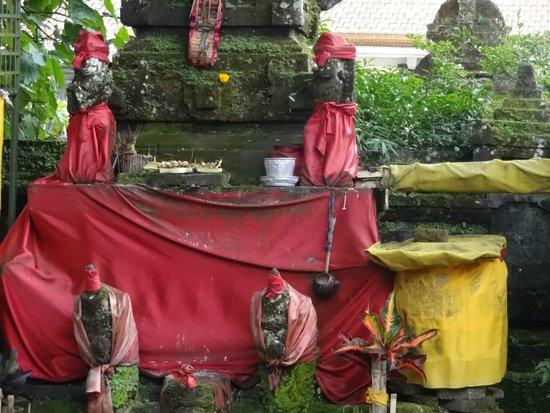 Ulun Danu Bratan Temple : Clothed pillars