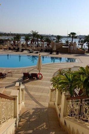 Helnan Marina Sharm: по дороге к морю террирория с бассейнами. 7 утра