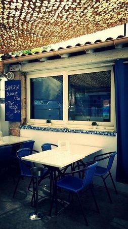 Terrasse ombragée.... - Picture of Restaurant La Barque Bleue ...