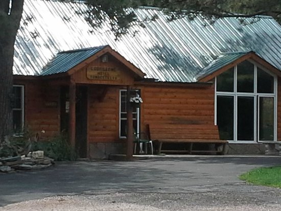 Janssen's Lodestone Motel & Cabins: Office - Yes, we sat on the bench and chatted with the owners,
