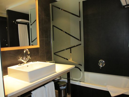 Hotel Jazz: Bathtub
