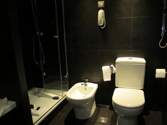 Hotel Jazz: Huge bathroom