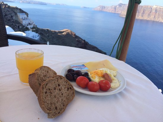 Golden Sunset Villas: Breakfast on the cliff in the morning.