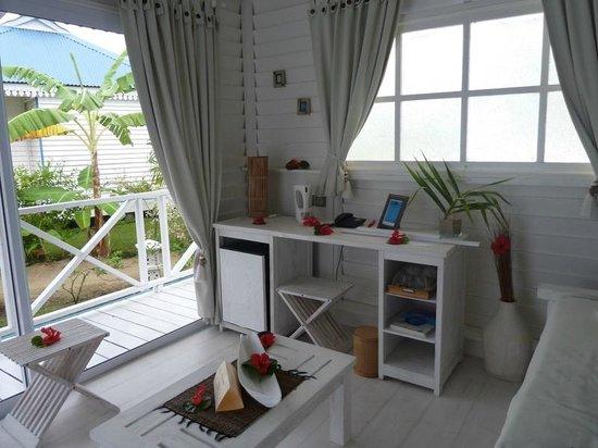 Opoa Beach Hotel: Bureau et frigo