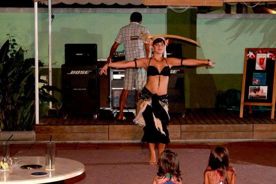Hotel Acapulco Lloret de Mar: Dance performance for the crowd who love to chill in the hotel