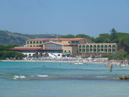 Hotel dei Pini: Hotel seen fram across the bay