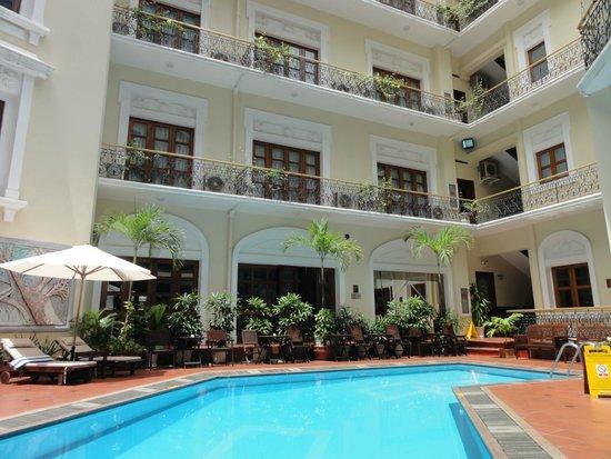 Hotel Majestic Saigon : 中庭とプール