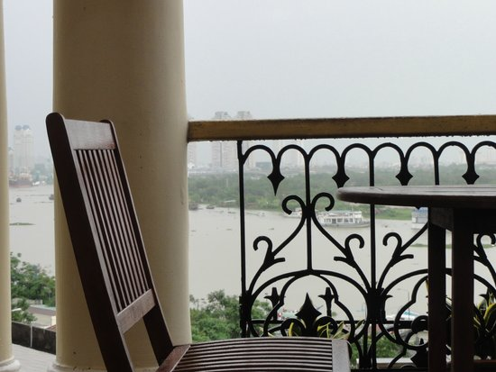 Hotel Majestic Saigon : 屋上のブリーズバーからサイゴン川を